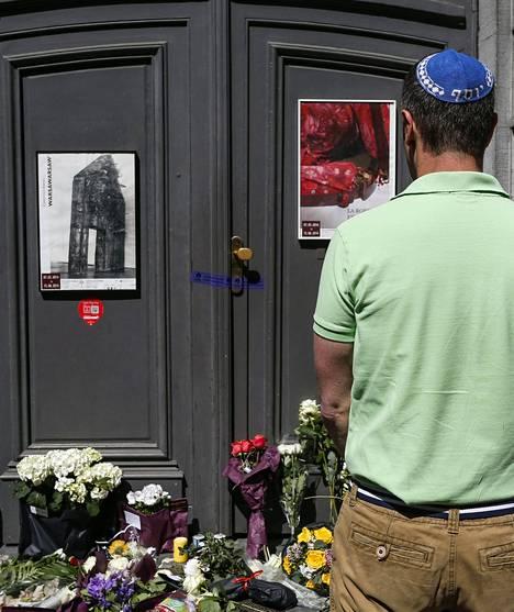 Brysselin Juutalaisen museon eteen on viety kukkia surman uhrien muistoksi.