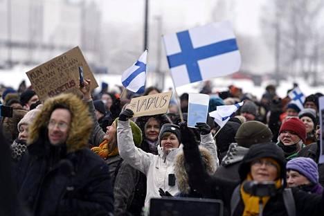 Mielenosoittajia Kansalaistorilla lauantaina.
