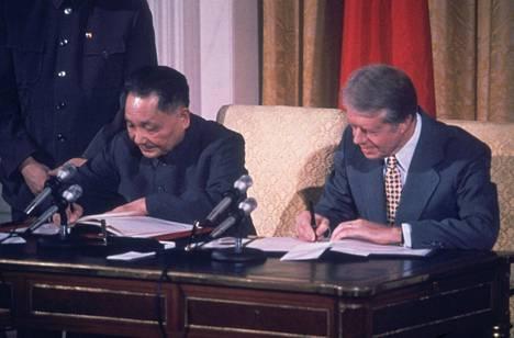 Kiinan johtaja Deng Xiaoping ja Yhdysvaltain presidentti Jimmy Carter tapasivat tammikuussa 1979 ja allekirjoittivat sopimuksia tuoreiden diplomaattisuhteiden vahvistukseksi.