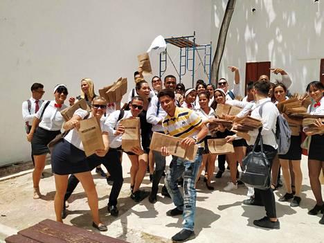 Ammattikoululaiset valmistautuivat levittämään ensimmäistä paperipussierää paikallisille toreille, bodegoihin ja leipomoihin Havannassa huhtikuussa.
