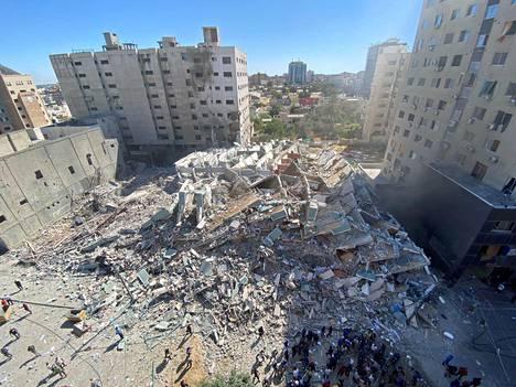 AP- ja Al Jazeera -uutistoimistojen talo oli maantasalla Gazassa lauantaina.