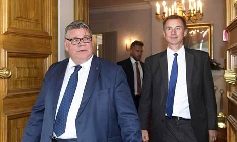 Timo Soini ja Jeremy Hunt saapuivat lehdistötilaisuuteen Vantaalla tiistaina.