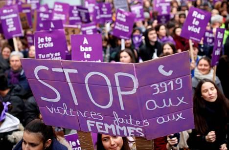 Ihmiset osoittivat mieltään parisuhdeväkivaltaa vastaan Pariisissa lauantaina.