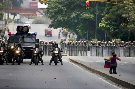 Venezuelan hallituksen vastaiset mielenosoitukset ovat jatkuneet jo useamman päivän ajan. Torstaina otetussa kuvassa mielenosoittaja polvistuu poliisirivistön edessä pääkaupunki Caracasissa.