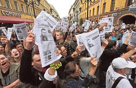 Oppositiojohtaja Aleksei Navalnyin kannattajat osoittivat mieltään Pietarissa torstaina. Mielenosoituksia oli useissa Venäjän kaupungeissa.