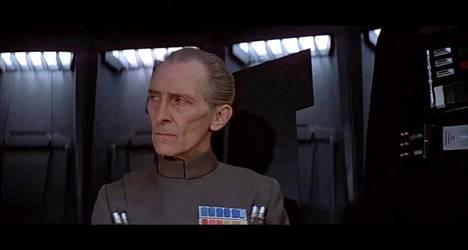 Kuva Peter Cushingista Moff Tarkinin roolissa ensimmäisessä Tähtien sota -elokuvassa (1977). Uudessa Rogue Onessa sama hahmo nähdään jälleen.