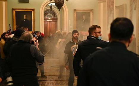 Savua Konressirakennuksessa presidentti Trumpin kannattajien tunkeuduttua sisään.