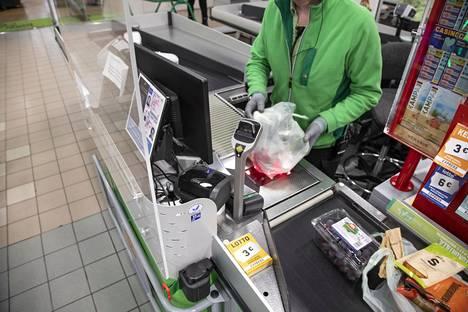 Monet myymälät ovat omaehtoisesti asentaneet suojapleksejä muun muassa kassoille.