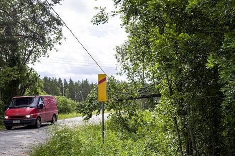 Sähkölinjan päälle kaatunut puu Liperissä keskiviikkona.