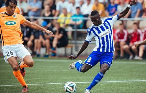 HJK:n tehopelaajalle Demba Savagelle (oik.) kertyy reilusti otteluita elokuussa. Nuno Morais kuuluu Apoelin avainpelaajiin.