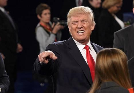 Donald Trump osoittaa sanansa vaaliväittelyn yleisöön 12. lokakuuta.