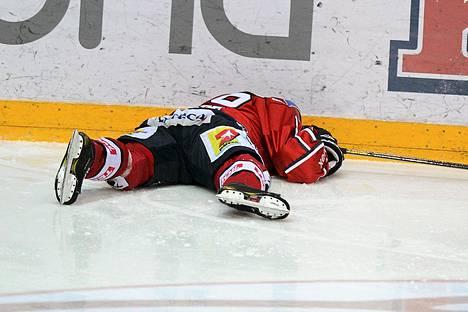 Ville Peltonen jäi makaamaan jäälle Markus Nordlundin taklauksen seurauksena viime lauantain liigapelissä.