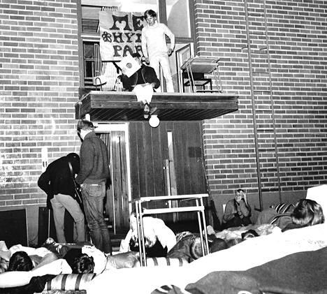 Lauantain vastaisena yönä oli puhuttu kaikkiaan kolme vuorokautta ja puhumisen ME häämötti. Korokkeella opiskelija Erkki Liikanen ja mus. opettaja Raimo Saari. Yöaikana lukiolaiset raahasivat patjansa koulun pihanurmelle, jossa viettivät yönsä väitellen, kuunnellen ja nukkuen.