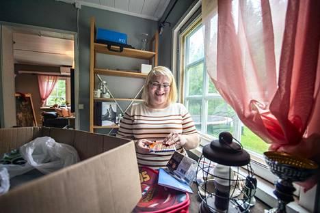 Ihmiset lahjoittavat perheille kaikenlaista tavaraa, kuten kouluvihkoja ja värikyniä. Emma Hyväri säilyttää osaa lahjoituksista kotonaan, kunnes ne viedään perheille.