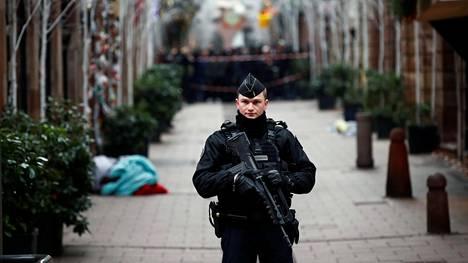 Poliisi vartioi ampumispaikalla Strasbourgissa keskiviikkona.