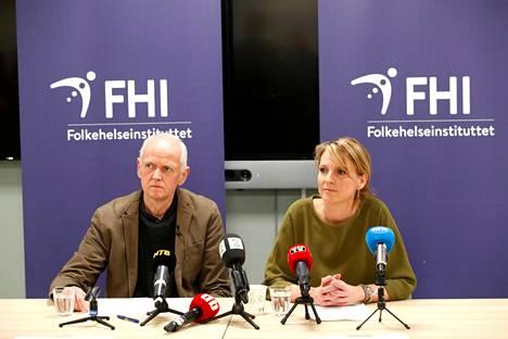 Norjalaiset terveysviranomaiset Geir Bukholm ja Line Vold kertoivat medialle maan koronavirustilanteesta keskiviikkona pidetyssä tiedotustilaisuudessa.