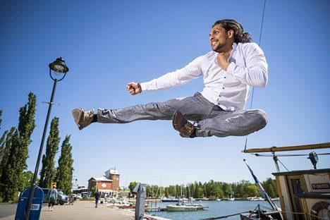 Romanialainen Marian Dumitru työskenteli stunt-miehenä ennen muuttoa Suomeen ja Uuteenkaupunkiin.
