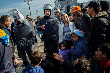 The police pushed back asylum seekers who were trying to get to Greece outside the port of Lesbos Island.