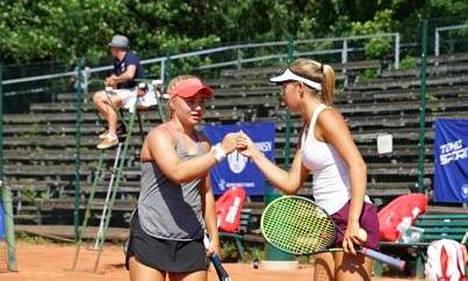 Laura Hietaranta (vas.) ja Stella Remander voittivat nelinpelin.