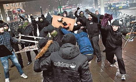 Uusnatsit ja antirasistit ottivat väkivaltaisesti yhteen Tukholman Kärrtorpissa sunnuntaina.
