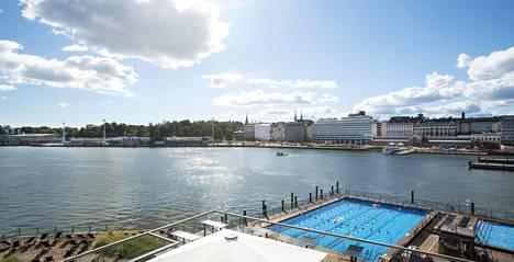 Rakennuksia on suunniteltu Vanhan kauppahallin (oik.) ja Olympiaterminaalin (vas.) väliin. Etualalla Allas Sea Pool.