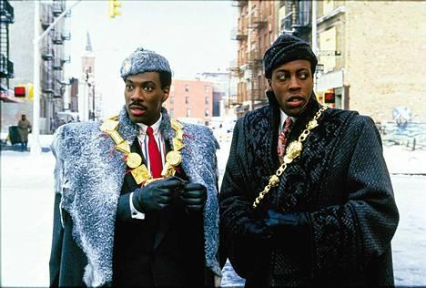 Eddie Murphy ja Arsenio Hall olivat mukana jo Prinssille morsian -elokuvan alkuperäisessä versiossa vuonna 1988. Siinä satumaisen rikas prinssi Akeem palvelijoineen tutustui Queensin köyhyyteen.