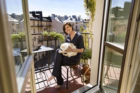 Oma parveke vanhassa kerrostalossa on Hanna Jensenin unelmien täyttymys. Sylissä aurinkoa ottaa Naksu-kissa.
