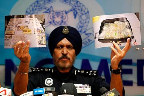 Malesialainen poliisijohtaja Amar Singh esitteli valokuvia koruista, joita oli takavarikoitu entisen pääministerin Najib Razakin asunnosta viime kesäkuussa.