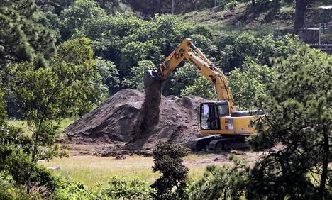 Tutkijat ovat kaivaneet esiin pusseihin pakattuja ruumiinosia vanhasta 30-metrisestä kaivosta Meksikon Jaliscossa, lähellä Guadalajaran kaupunkia. Kuva on otettu 10. syyskuuta.
