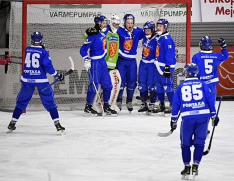 Suomen joukkue juhli voittoa pronssiottelussa.