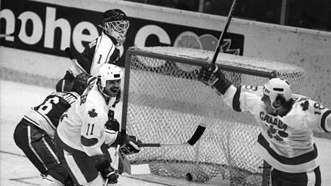 Kanadalaispelaajat Mike Gartner (vas.) ja Dale Hawerchuck juhlivat Suomea vastaan tehtyä maalia jääkiekon MM-kisoissa vuonna 1982.