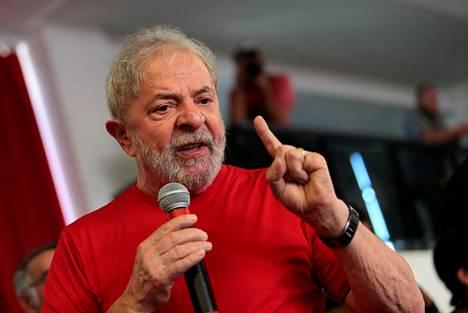 Brasilian entinen presidentti Luiz Inácio Lula da Silva puhui keskiviikkona metalliliiton jäsenille Sao Bernardo do Campossa samaan aikaan kun hänen tuomiostaan päätettiin.