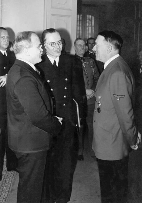 Neuvostoliiton ulkoministeri Molotov (vas.) keskusteli saksalaisen diplomaatin Gustav Hilgerin ja Adolf Hitlerin kanssa Berliinissä marraskuussa 1940.