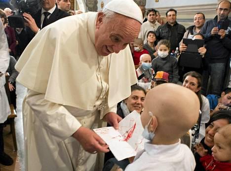 Paavi Franciscus sai lapselta kirjeen vieraillessaan lastensairaalassa Roomassa viime viikon tiistaina.
