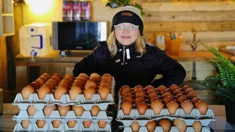 Sofie Jauhiaisen kananmunabusiness ei ehkä tuo paljon rahaa, mutta se antaa arvokkaan kokemuksen nuorelle yrittäjälle.