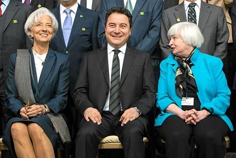 IMF:n johtaja Christine Lagarde, Turkin varapääministeri Ali Babacan ja Yhdysvaltain keskuspankin puheenjohtaja Janet Yellen poseerasivat yhteiskuvassa IMF:n kokouksessa lauantaina.