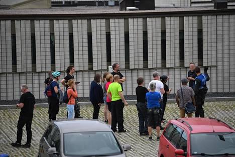 Poliisit ohjasivat ihmisiä onnettomuuspaikalla.