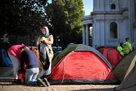 Mielenosoittajat ovat pystyttäneet katedraalin edustalle pienen telttakylän.