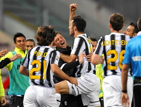 Juventuksen hyökkääjä Mirko Vucinic juhli maaliaan Cagliaria vastaan.