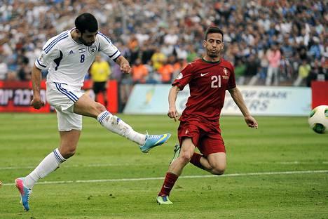 Israelin hyökkääjä Eden Ben Basat laukoi joukkueensa toisen maalin tasapeliin 3-3 päättyneessä MM-karsintapelissä Portugalia vastaan Tel Avivissa.