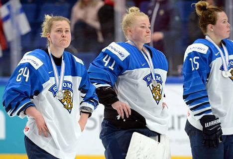 Naisleijonat saivat hopeamitalit sunnuntaina pelatun MM-finaalin jälkeen. Kuvassa Noora Tulus (vas.), Noora Räty ja Minnamari Tuominen.
