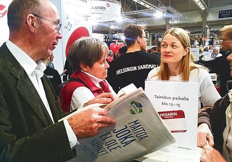 Lukijatapahtumissa on tämän vuoden aikana käyty tuhansia keskusteluja tulevasta lehtiuudistuksesta. HS:n teematoimituksen esimies Susanna Pasula (oik.) vastaili kysymyksiin Helsingin kirjamessuilla.