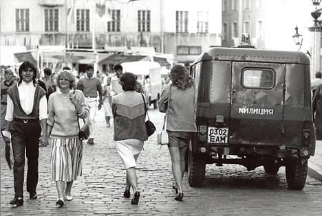 Moskovan käskyvalta ulottui Viron neuvostoaikana myös muotiin. Miliisi valvoi Tallinnan Raatitorin vieressä vanhankaupunginpäivän viettoa 13. kesäkuuta vuonna 1988. Tuolloin muodissa näkyivät selvästi jo länsimaiset virtaukset.