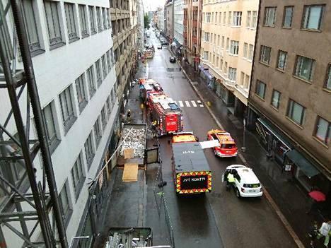 Pelastuslaitos ja Helsingin vapaapalokunta kävivät kuivattamassa toistamiseen kastunutta toimistotaloa Lönnrotinkadulla. Kuva on lukijan ottama.