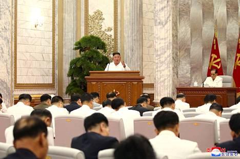 Kim Jong-un puhui politbyroon kokouksessa. Paikalla olleilla ei näkynyt kuvissa maskeja eikä turvavälejä noudatettu.