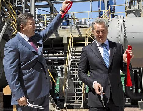 Dmytro Firtaš (oik.) vihki uuden rikkihappotehtaan käyttöön keväällä 2012 Krimillä yhdessä helmikuussa syrjäytetyn presidentin Viktor Janukovytšin kanssa.