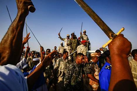 Pelättyjen RSF-joukkojen johtaja Mohamed Hamdan Dagalo eli Hemedti näyttäytyi sotilaidensa ympäröimänä kesäkuussa kylässä Khartumin pohjoispuolella. Monet ovat pitäneet Hemedtiä Sudanin tosiallisena johtajana presidentin erottua huhtikuussa.