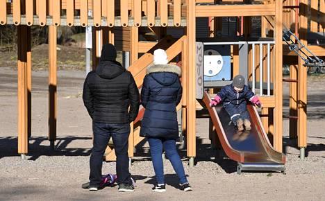 Helsingin kaupungin leikkipuistoihin on lisätty ohjeistuksia, joissa kehotetaan perheitä leikkimään pienissä porukoissa ja ottamaan toiset paikallaolijat huomioon vuorottelemalla leikkivälineissä.