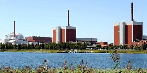 Mikäli ydinenergia lasketaan mukaan kotimaiseksi energiaksi, omavaraisuus on komitean mukaan mahdollista nostaa jopa 80 prosenttiin. Olkiluodon rakenteilla oleva voimalaitos 3 (vas.) sekä voimalaitokset 1 ja 2 ydinvoimala-alueella Eurajoella torstaina 1. elokuuta 2013.