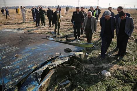 Imaami Khomeini -lentokentän toimitusjohtaja vieraili turmapaikalla, jonne Ukraine International -lentoyhtiön Boeing 737 oli pudonnut. Koneeseen ammuttiin Iranin armeijan ohjus 8. tammikuuta 2020.